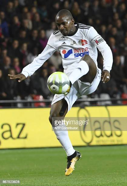 Amien's Congolese midfielder Gael Kakuta plays the ball during the French L1 football match between Guingamp and Amiens on October 28 2017 at the...