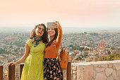 Amigas tomandose una selfie en un mirador en san miguel de allende, México
