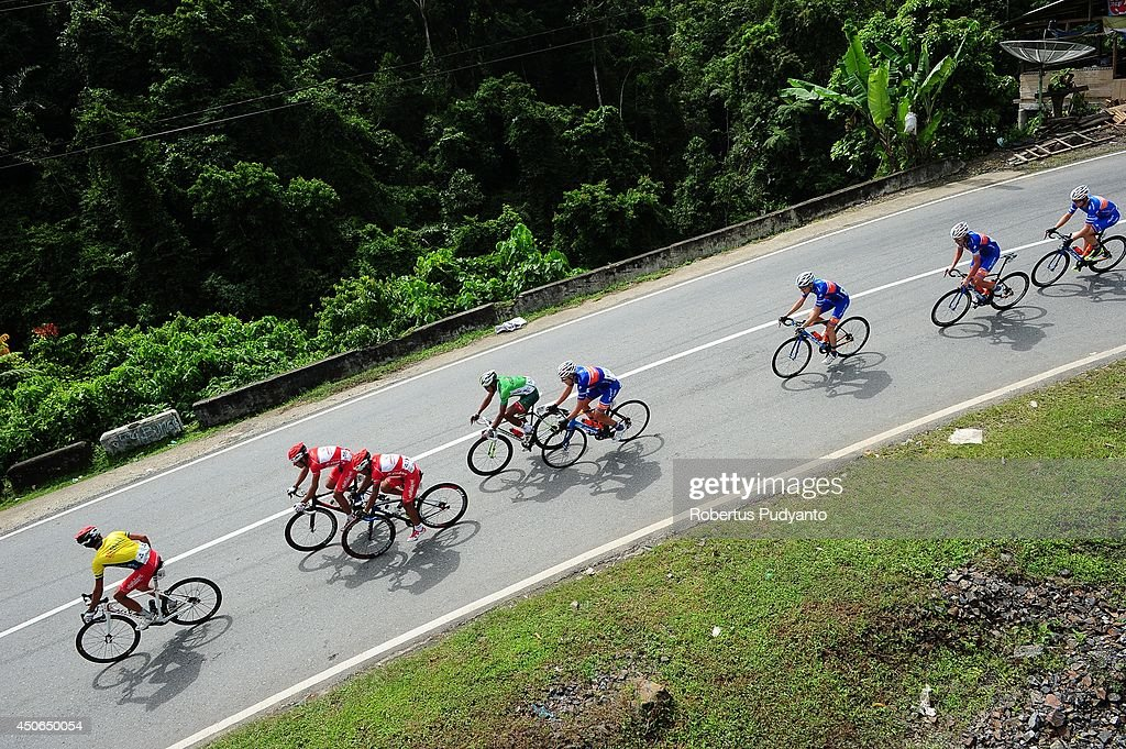 Amir Zargari of Team Pishgaman Yazd Iran (Yellow Jersey) leads the peleton during stage 9 of the 2014 Tour de Singkarak from Pesisir Selatan to Padang City with a distance of 120.5 km on June 15, 2014 in Padang, Indonesia.