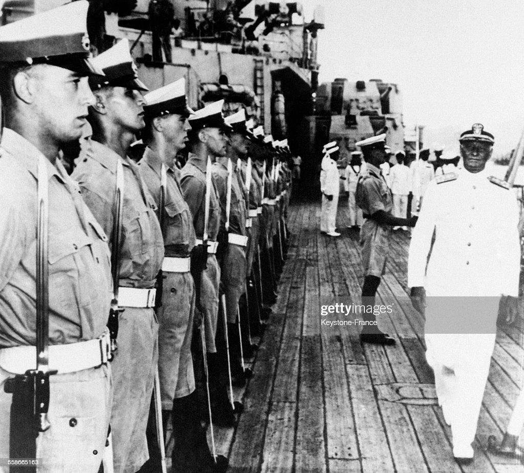 L'amiral Nimitz passant en revue les troupes sur le cuirassé anglais George V dans le Pacifique en 1945.