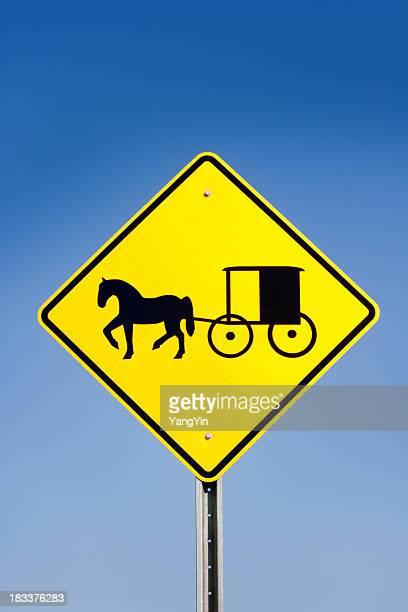 Amish Cavalo e carruagem amarelo aviso Sinal de estrada, céu azul