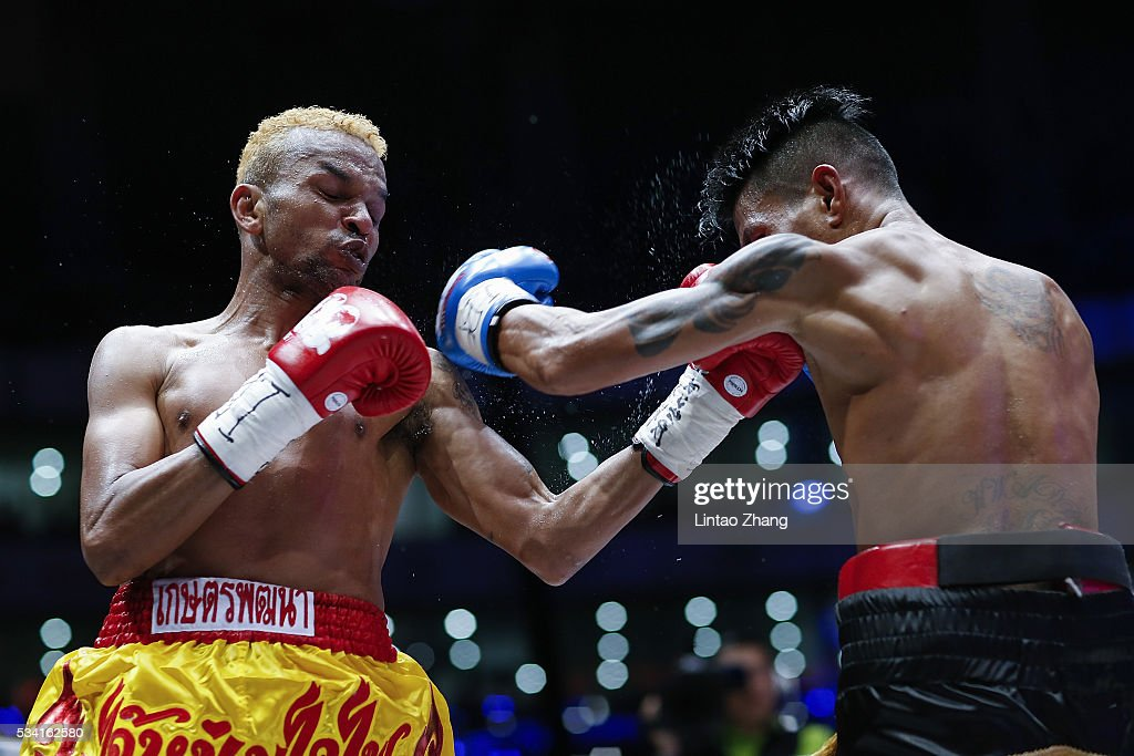 <a gi-track='captionPersonalityLinkClicked' href=/galleries/search?phrase=Amnat+Ruenroeng&family=editorial&specificpeople=4607245 ng-click='$event.stopPropagation()'>Amnat Ruenroeng</a> (L) of Thailand punches John riel Casimero of Philippines in the head during their IBF World Boxing Championship at Beijing Olympic park diamond stadium on May 25, 2016 in Beijing, China.