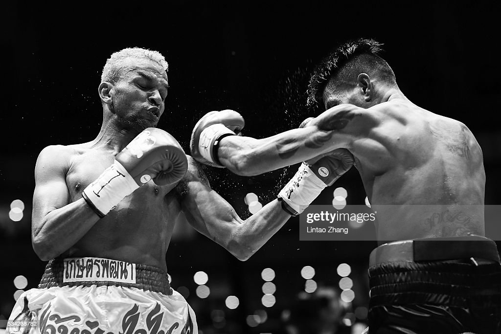 Amnat Ruenroeng (L) of Thailand punches John riel Casimero of Philippines in the head during their IBF World Boxing Championship at Beijing Olympic park diamond stadium on May 25, 2016 in Beijing, China.