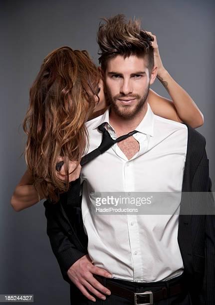 Sous le signe de l'amour Couple sur fond gris