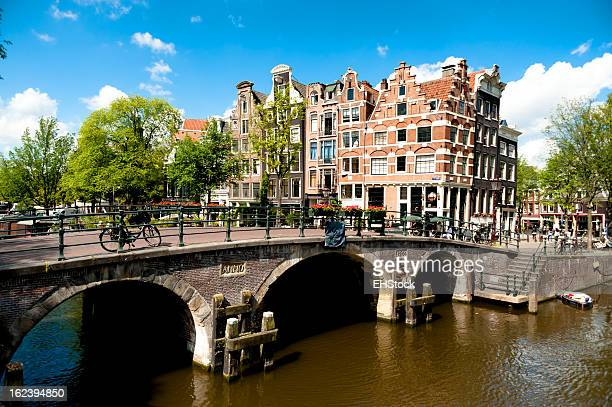 アムステルダムの運河沿いの橋と建物