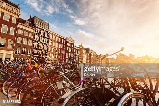 運河の街アムステルダムは、パーティーや美しい建築デザイン