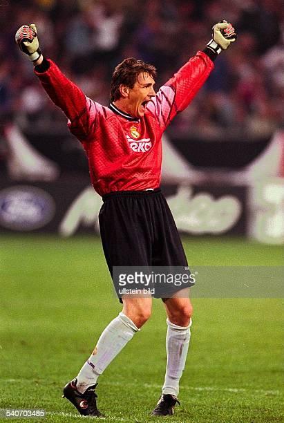 2051998 Amsterdam Endspiel der FußballChampionsLeague Real Madrid Juventus Turin 10 Bodo Illgner Torhüter des spanischen Finalisten jubelt mit...