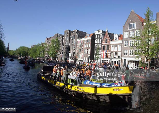 Disguised people navigate on a canal during the Dutch Queensday in Amsterdam 30 April 2007 a tradition in honour of Dutch Queen Beatrix AFP PHOTO /...