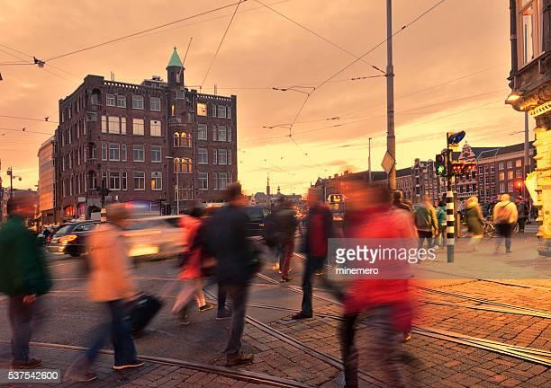 Heure de pointe de Amsterdam au crépuscule