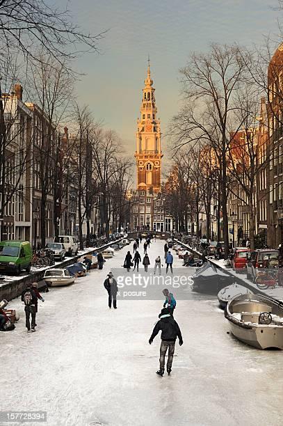 Amsterdam avec de la glace sur les canaux