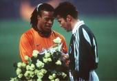 1 Amsterdam/NED Edgar DAVIDS/NED gratuliert Lothar MATTHAEUS/GER zum 144 Laenderspiel