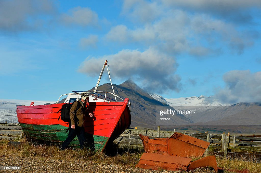 An abandoned boat  on the shores with  mountain : Foto de stock