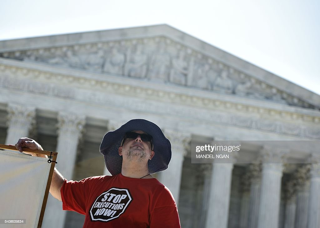 An activist wears a t-shirt calling for the end of executions during a fast and vigil to abolish the death penalty on June 29, 2016 in front of the US Supreme Court in Washington, DC. / AFP / MANDEL