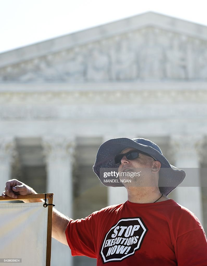 An activist wears a t-shirt calling for the end of executions during a fast and vigil to abolish the death penalty on June 29, 2016 in front of the US Supreme Court in Washington, DC. / AFP / Mandel Ngan