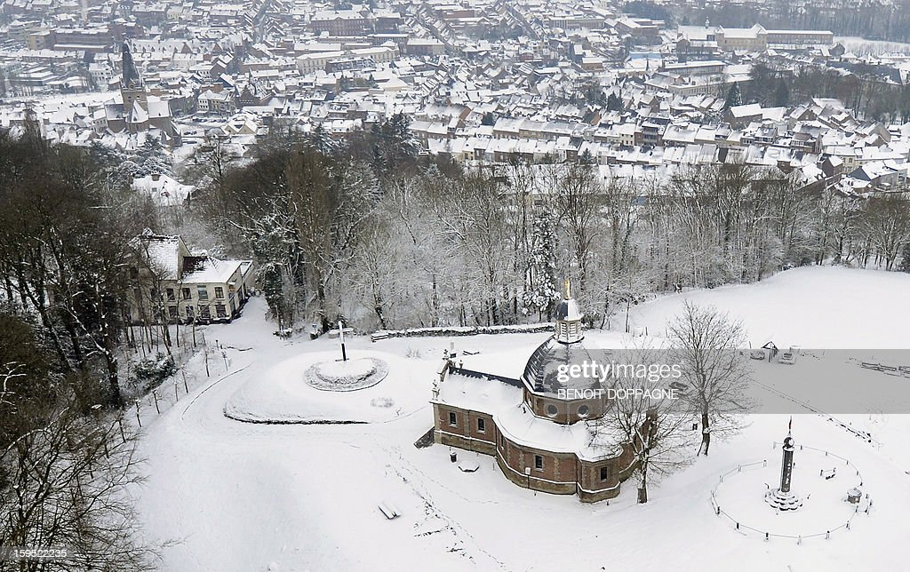 An aerial view taken on January 15, 2013 shows the 'Kapelmuur' (or Muur van Geraardsbergen, Gramont), a steep road covered with snow, in Grammont. Weather services predicted snowfalls overnight. AFP PHOTO/BELGA/ BENOIT DOPPAGNE -Belgium Out-