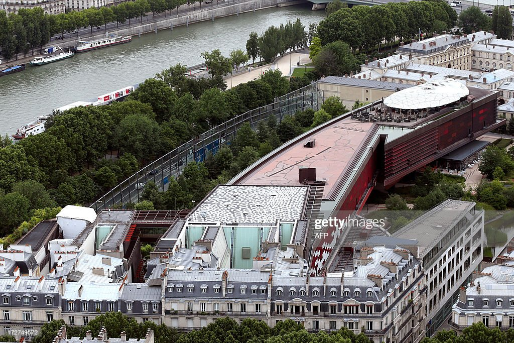 An aerial view taken on July 4, 2013 shows the Quai Branly museum in Paris. On the roof of the museum (bottom) is on display the Aboriginal artist Lena Nyadbi's giant art work. AFP PHOTO / THOMAS SAMSON