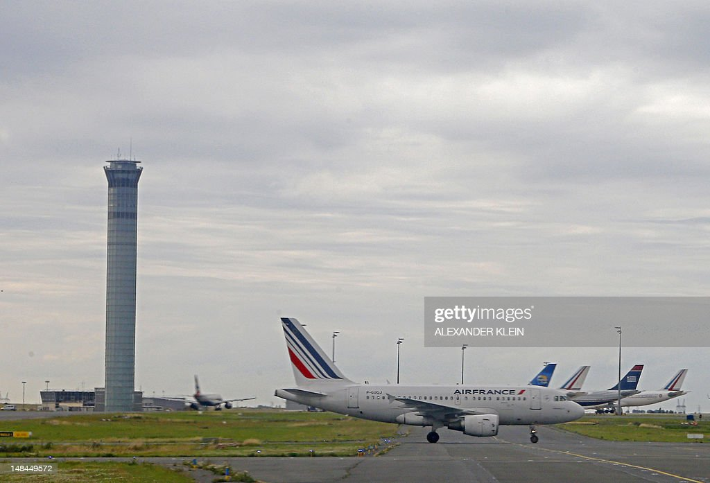 An Airbus A318 commercial airplane of Air France uses taxiways as it lands at Paris Roissy-Charles-de-Gaulle airport in Roissy-en-France, northern Paris, on July 16, 2012. AFP PHOTO / ALEXANDER KLEIN