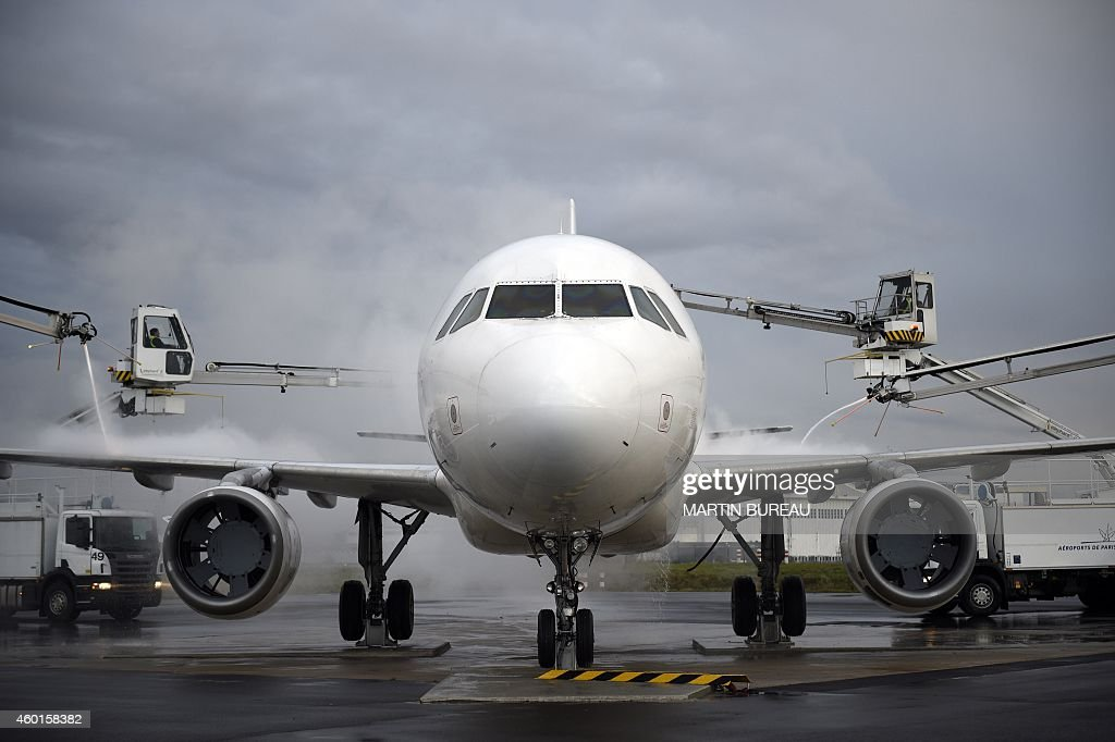 An Airbus A320 aircraft is defrosted during an exercise at the RoissyCharlesDeGaulle airport on December 8 2014 in RoissyenFrance AFP PHOTO MARTIN...