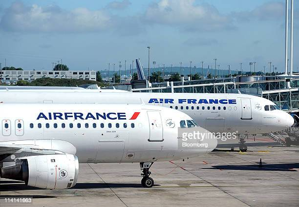 An Airbus A320 aircraft left and an Airbus A321 right part of the Air FranceKLM Group stand on the tarmac at Roissy Charles de Gaulle airport in...