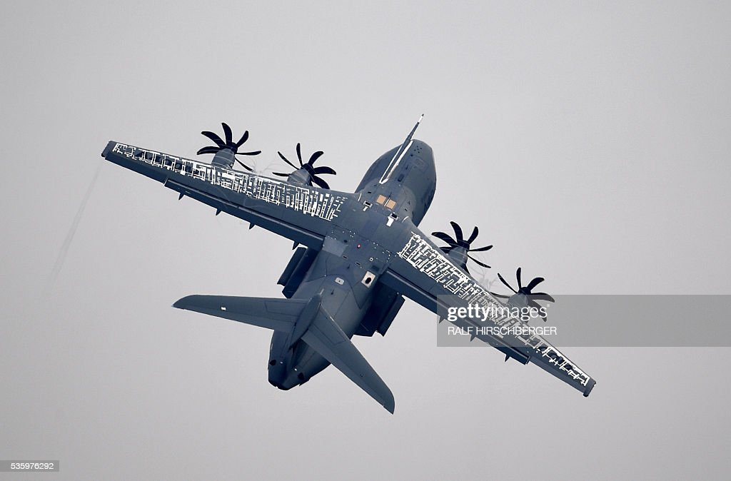 An Airbus A400M makes a test flight at the International Aerospace Exhibition (ILA) in Schoenefeld on May 31, 2016. The Aerospace Exhibition at Schoenefeld Airport near Berlin takes place from June 1 till 4. / AFP / dpa / Ralf Hirschberger / Germany OUT