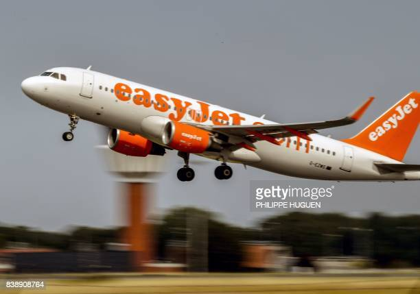 An aircraft of British lowcost airline EasyJet takes off from Lille Airport in Lesquin northern France on August 25 2017 / AFP PHOTO / PHILIPPE HUGUEN