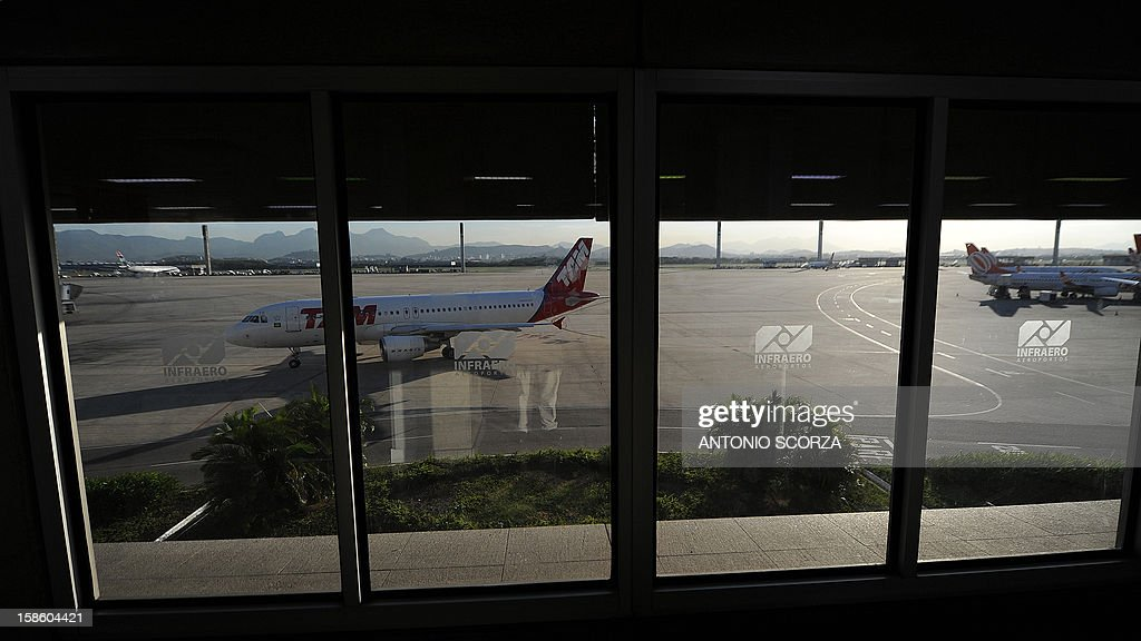 An airplane is seen taxiing at the Antonio Carlos Jobim international airport in Rio de Janeiro, Brazil on December 20, 2012. Brazilian President Dilma Rousseff on Thursday announced that airports in Rio and Belo Horizonte, two host cities for the 2014 World Cup, would be privatized during a September 2013 auction. AFP PHOTO/ANTONIO SCORZA