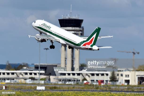 An Alitalia Airbus A320 takes off on September 26 2017 from ToulouseBlagnac airport in southwestern France / AFP PHOTO / PASCAL PAVANI