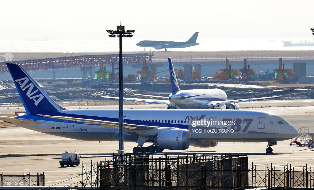 An All Nippon Airways (ANA) Boeing 787 Dreamliner (foreground) sits parked at Tokyo's Haneda airport on January 31, 2013. ANA said its net profit in the nine months to December soared 54.6 percent to 574 million USD, and kept its annual profit forecast, despite its Dreamliner woes. AFP PHOTO / Yoshikazu TSUNO