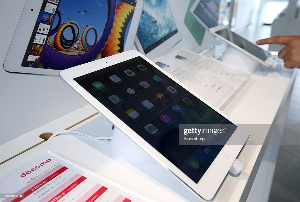 An Apple Inc. iPad, left, is displayed while a visitor uses an Apple Inc. iPad mini at an NTT Docomo Inc. store in Tokyo, Japan, on Tuesday, June 10, 2014. NTT Docomo, Japan's largest wireless carrier by subscribers, began offering Apple Inc's iPad today. Photographer: Tomohiro Ohsumi/Bloomberg via Getty Images