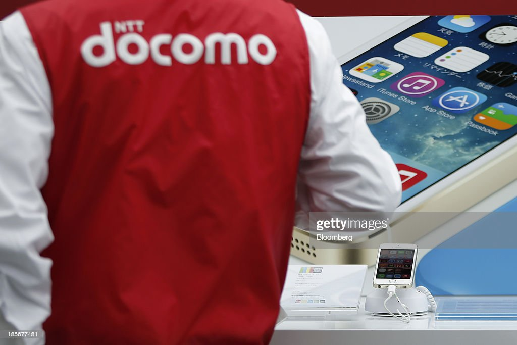 An Apple Inc. iPhone 5s smartphone sits on display at a counter for NTT Docomo Inc. outside an electronics store in Tokyo, Japan, on Wednesday, Oct. 23, 2013. DoCoMo, Japan's largest mobile phone carrier, is scheduled to release earnings results on Oct. 25. Photographer: Kiyoshi Ota/Bloomberg via Getty Images