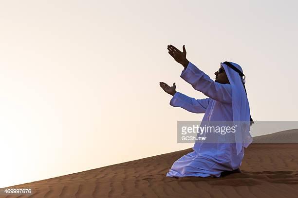 Uomo di pregare araba nel deserto, Dubai