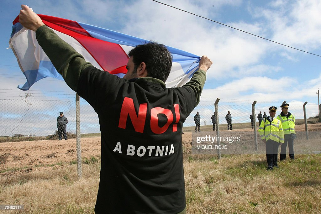 An Argentinian environmentalist shows an Entre Rios flag during a demonstration in front of the Finnish pulp mill Botnia, during a demonstration near Fray Bentos, 305 km northwest of Montevideo, Uruguay, 02 September, 2007. Argentinian environmentalists crossed the border to demostrate against the construction of the pulp mill on the banks of the Uruguay river. AFP PHOTO/Miguel ROJO