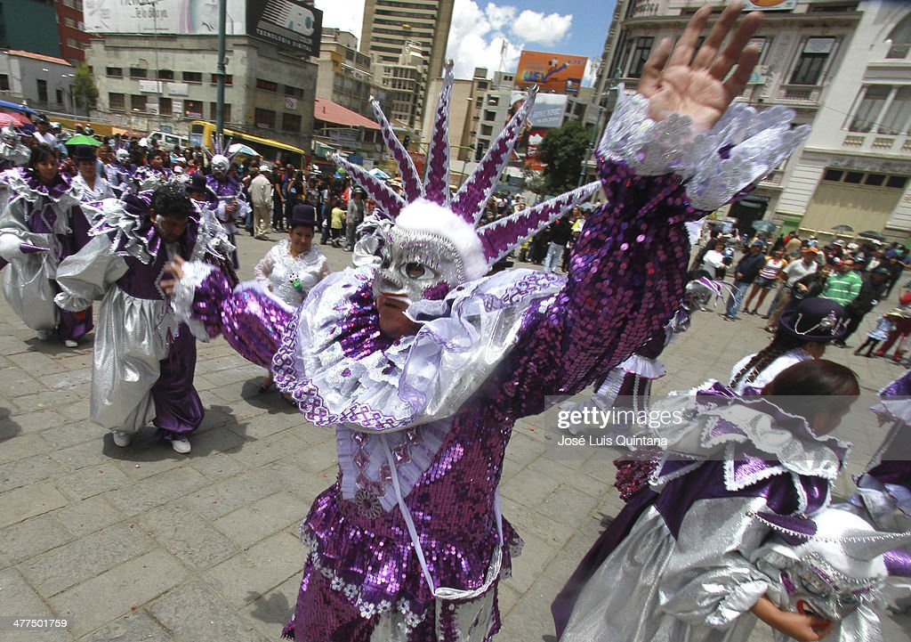 An Arlequin during Entierro Del Pepino Fest as part of canival closing celebration on Marcha 9, 2014 in La Paz, Bolivia. (Photo by Jose Luis Quintana/LatinContent/Getty Images).