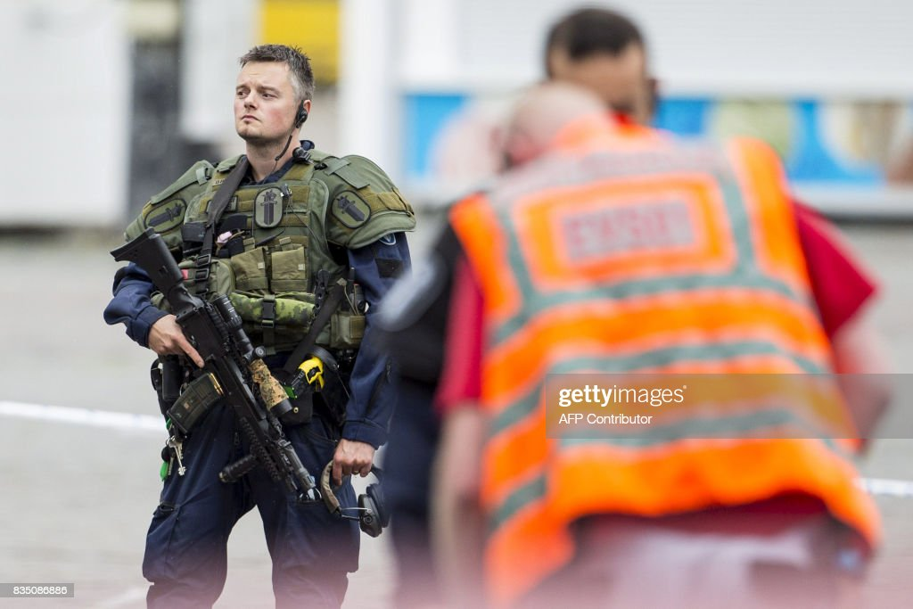 An armed police officer stands guard at the Turku Market Square in the Finnish city of Turku where several people were stabbed on August 18, 2017. One person was killed and eight were injured in a stabbing spree in the Finnish city of Turku, a hospital director said, after police shot one suspect and warned several others could be at large. / AFP PHOTO / Lehtikuva / Roni Lehti / Finland OUT