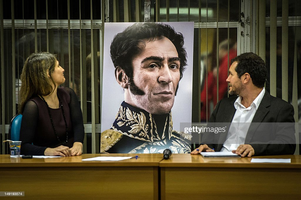 An artist´s rendition of South American Liberator Simon Bolivar, a digital rendering from genetic data, is introduced by guest speakers during the 'Day of Solidarity with the Bolivarian Revolution and Commander Hugo Chavez' event in downtown Sao Paulo, Brazil, on July 24, 2012. AFP PHOTO/Yasuyoshi CHIBA
