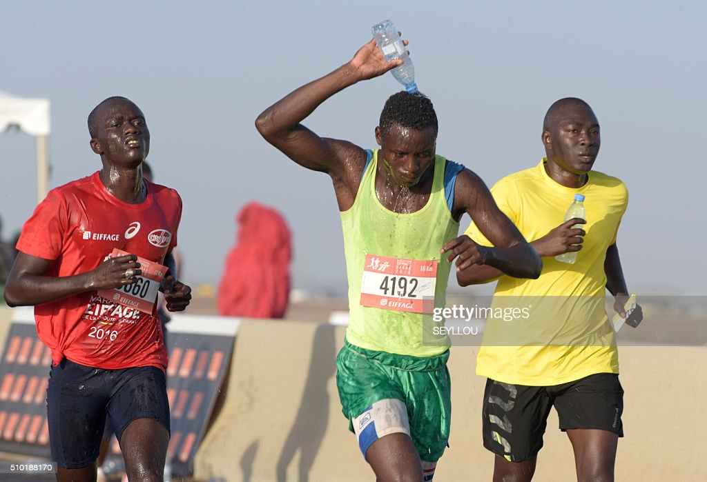 An athlete keeps cool as he competes in the first ever Dakar International Marathon, on February 14, 2016. The competition organised by the BTP Eiffage society started on February 13 in front of International Conference Center Abou Diouf (Cicad) on the outskirts of Dakar with different runs of 10 km culminariong with a marathon on February 14. The BTP Eiffage society hosted the event to celebrates its 90 years of presence in Senegal. / AFP / SEYLLOU
