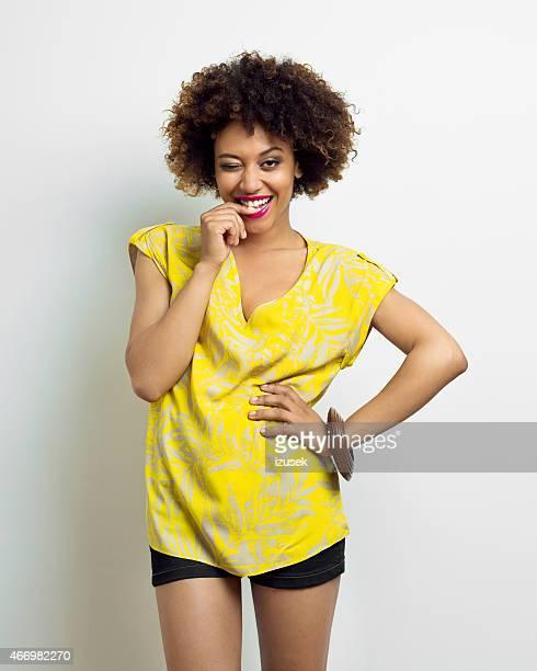 Ein attracitve Frau, Afro-Frisur Coquette