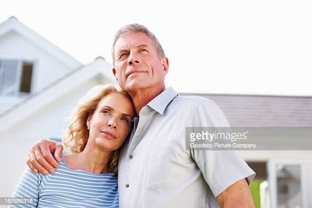 Eine attraktive Älteres Paar stehen vor deren