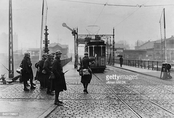 'An der Spatzenbrücke über den Neckar findet eine Zollkontrolle der Strassenbahn durch französische Mannschaften statt'Originaltext Mannheim...