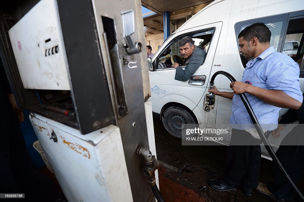 An Egyptian motorist fills up his tank at a gas station in Cairo on March 11, 2013. The political and economic crisis in Egypt has affected the imports of fuel making life miserable for motorists who queue sometimes for hours to buy fuel and crippling business that rely on diesel such as bakers and farmers. AFP PHOTO / KHALED DESOUKI