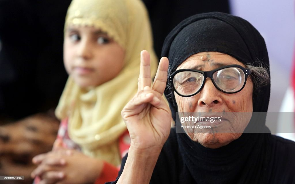 An elderly woman makes V sign as Iraqi people in Fallujah town leave their home due to conflicts between Daesh and security forces in Anbar, Iraq on May 30, 2016. Some of the families who left their home are placed in a school in Karma Town, west of Anbar city.