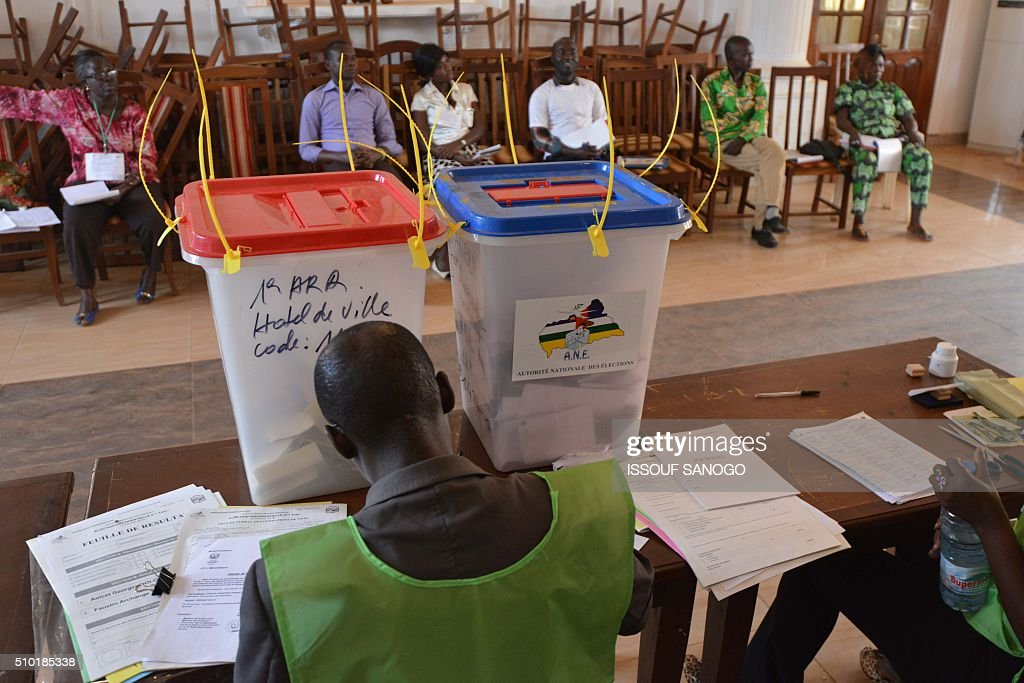An election official wait for voters at a polling station in Bangui, on February 14, 2016, as people go to the polls to take part in the country's delayed legislative and presidential elections. The Central African Republic holds delayed presidential and parliamentary polls on February 14, with voters desperate to usher in peace after the country's worst sectarian violence since independence in 1960. / AFP / ISSOUF SANOGO