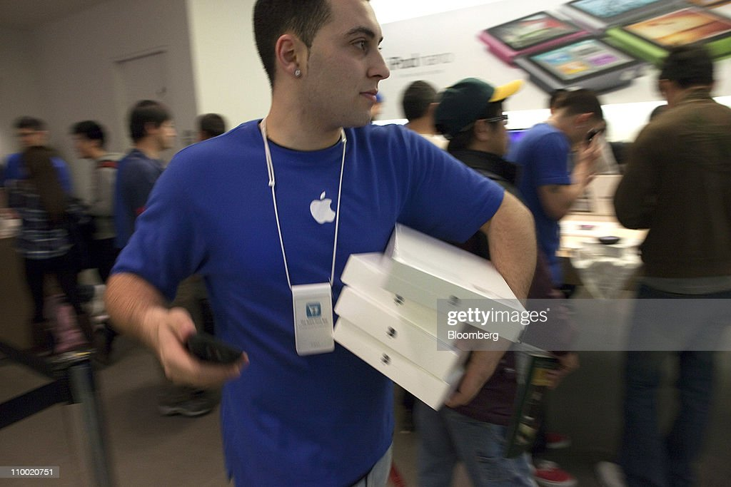 An employee carries boxes of Apple Inc.'s iPad 2 at the Apple store in San Francisco, U.S., on Friday, March 11, 2011. Apple may sell 600,000 of the second version of the iPad when it debuts this weekend, extending the device's lead in a crowding market. Photographer: David Paul Morris/Bloomberg via Getty Images