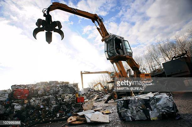 An employee of a computing dump operates a crane 22 November 2007 in Bessancourt in the outskirts of Paris Une grue d'une déchetterie manipule des...