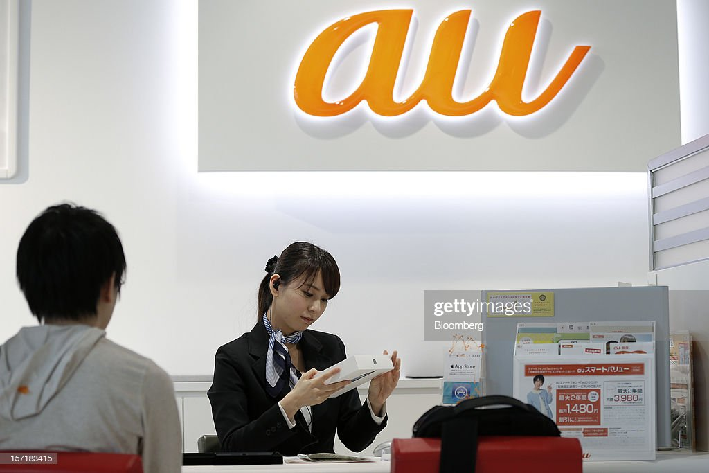 An employee prepares to unbox an Apple Inc. iPad Mini for a customer at a KDDI Corp. store in Tokyo, Japan, on Friday, Nov. 30, 2012. The iPad Mini went on sale at KDDI and Softbank Corp. stores in Japan today. Photographer: Kiyoshi Ota/Bloomberg via Getty Images
