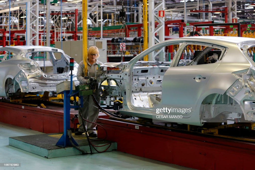 An employee works at the Villamuriel Renault factory in northern Spain on November 21, 2012. French car maker Renault plans to create 1,300 jobs at its factories in recession-hit Spain, Spanish Prime Minister Mariano Rajoy said. The French giant, which employs 10,000 people at four sites in Spain, signed a deal on working conditions with Spanish labour unions last week but is still negotiating terms with workers in France as it seeks to be more competitive. AFP PHOTO / CESAR MANSO