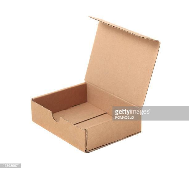 Petite Boîte en carton isolé sur blanc