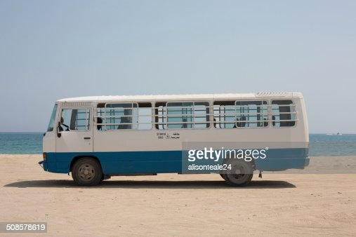 Vide bus scolaire garé sur le sable, de Dibba, Oman : Photo