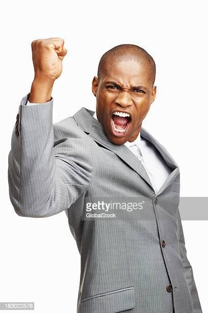 Ein dynamisches business Mann laut zu schreien gegen Weißer Hintergrund