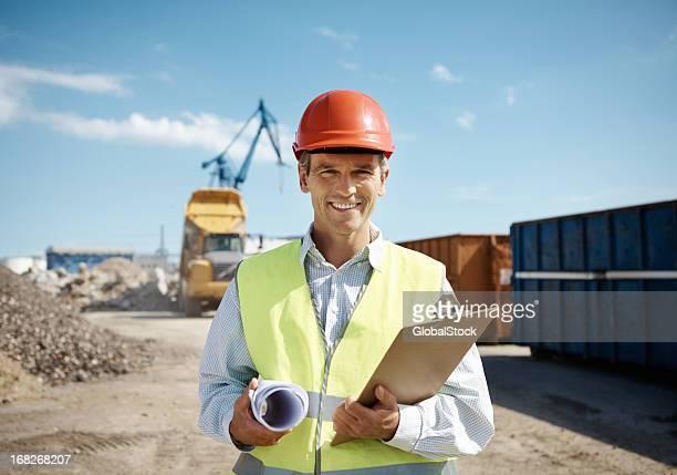 Sonriente Ingeniero en solar de construcción